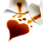 Une tâche de café en forme de coeur